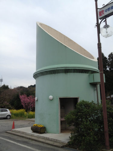 [上総中野駅のトイレは竹の郷にちなんで竹の形]